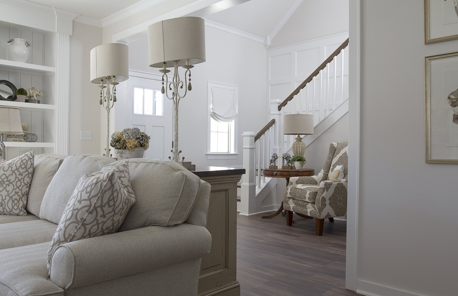 prestižna bela dnevna soba